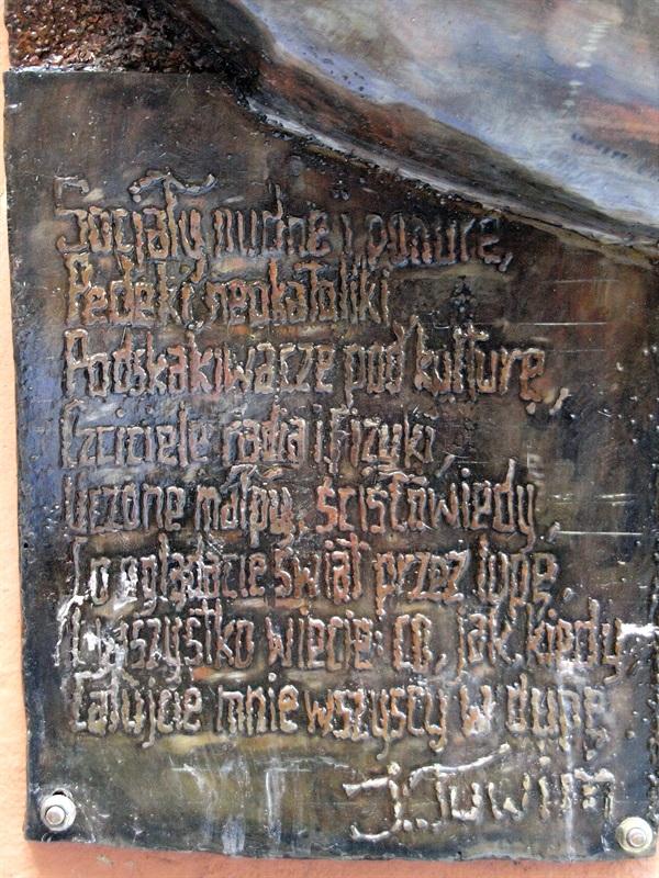 łódź Rzeźba Dupa Tuwima W Podwórzu Przy Ul